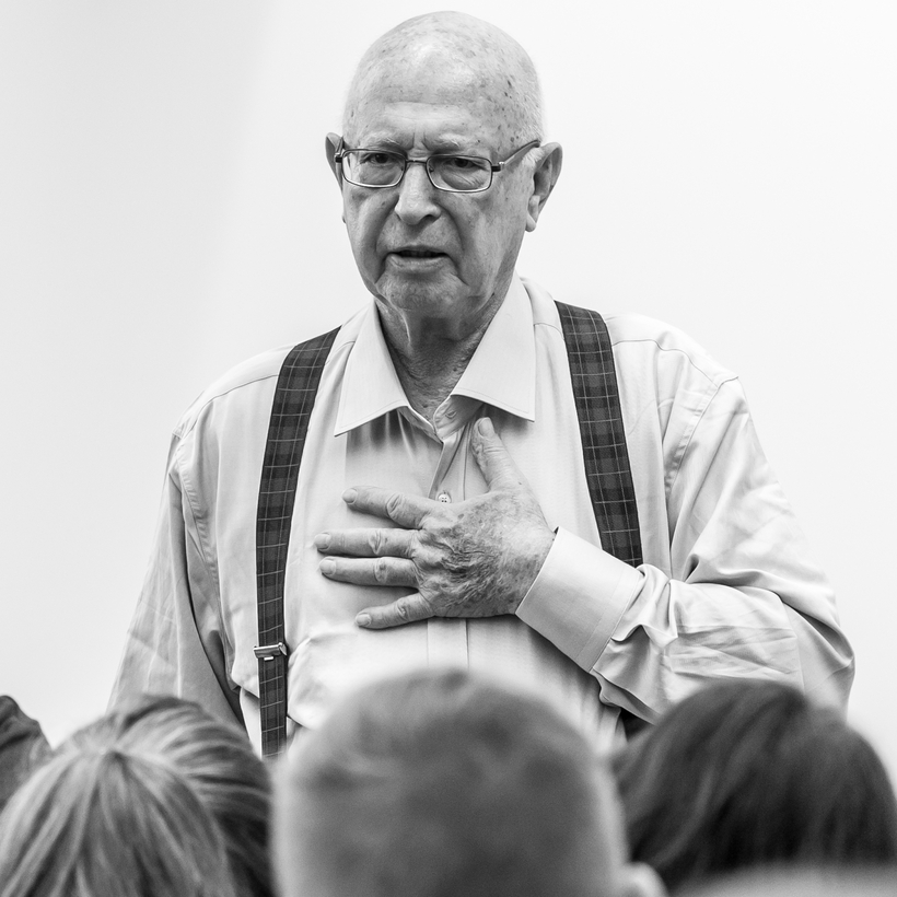 Michael Maor in 2014 telling a school class in Potsdam, Germany, about his life.