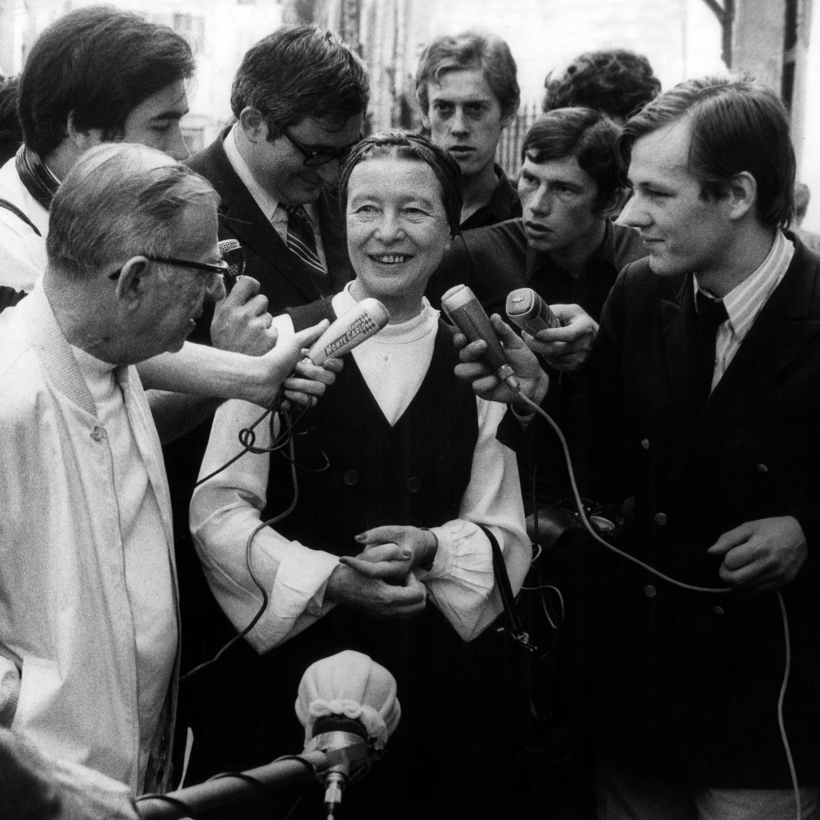 """Jean-Paul Sartre and Simone de Beauvoir speak to journalists after being released from a police station in Paris, following their arrest for distributing """"La Cause de Peuple,"""" 1970."""